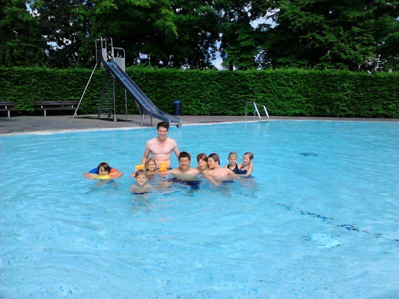 Basti (fast) allein im Schwimmbad...